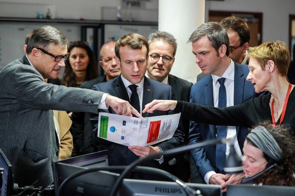 Emmanuel Macron et le ministre de la Santé, Olivier Véran, lors d'une visite d'un établissement hospitalier lors de la crise du Covid-19.