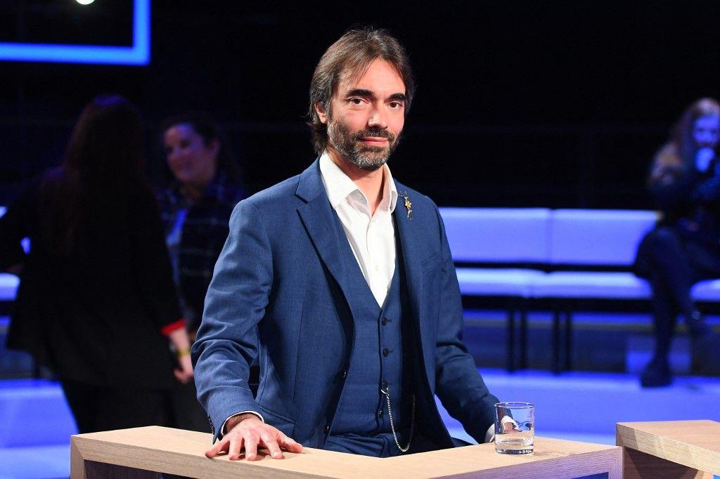 Cédric Villani pose avant un débat entre sept des huit candidats à la mairie de Paris, le 10 mars 2020.
