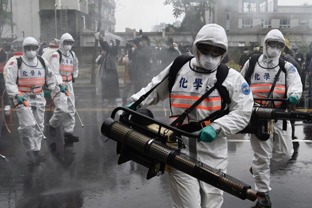 Un exercice organisé par le gouvernement taïwanais pour empêcher la propagation du coronavirus COVID-19, dans le district de Xindian, en mars 2020.