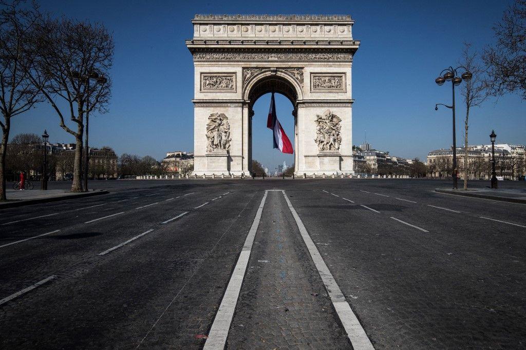 Vue de l'Arc de Triomphe à Paris lors de la phase de confinement de mars 2020 face à la pandémie de Covid-19. Gérard Mermet Réinventons l'avenir Grand Pacte de Solidarité post-covid