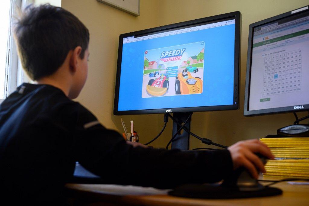 Un adolescent joue sur son ordinateur. L'Ademe recommande de réduire les flux de données afin de réduire l'empreinte environnementale du numérique.