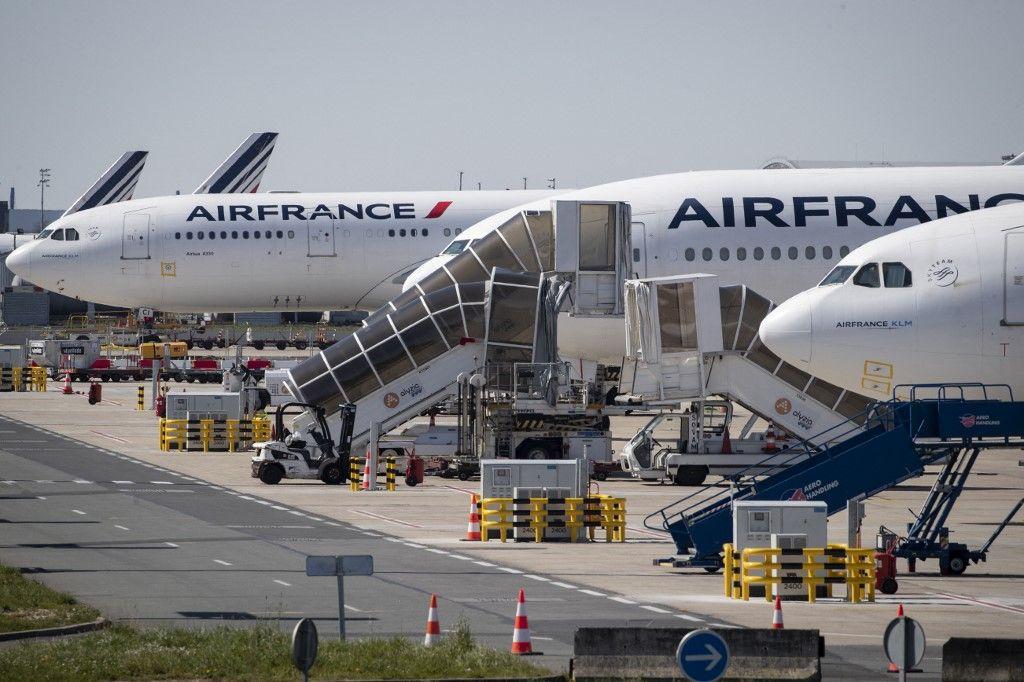 Une photo prise le 24 mars 2020, montre des avions Air France immobilisés à l'aéroport de Roissy-Charles de Gaulle à Roissy-en-France.