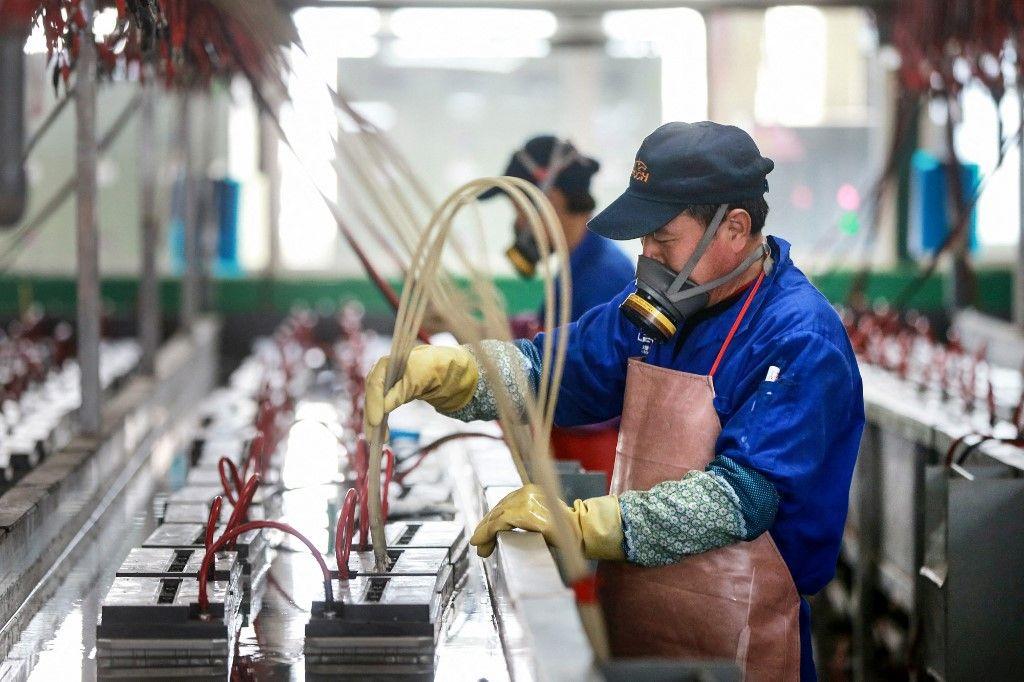 Cette photo prise le 30 mars 2020 montre un employé travaillant sur une ligne de production de batteries dans une usine de Huaibei, dans l'est de la province chinoise d'Anhui.