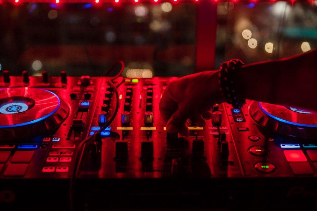 Un DJ va mixer en haut de la grande échelle des pompiers