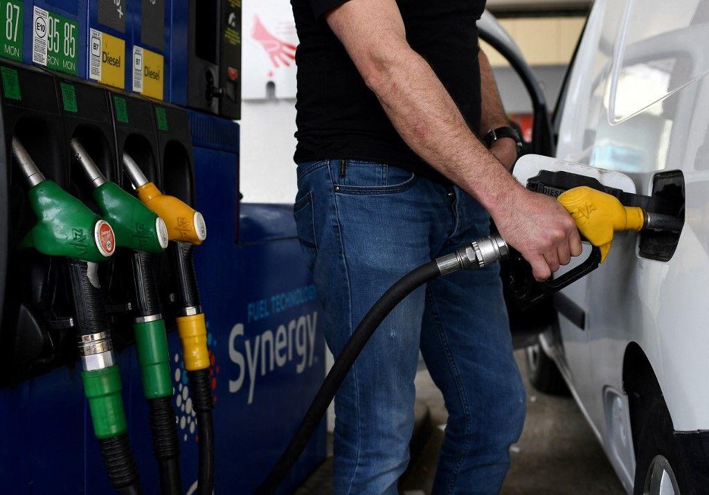 Un homme s'arrête pour faire le plein de sa voiture dans une station-service le 17 avril 2020 à Paris.