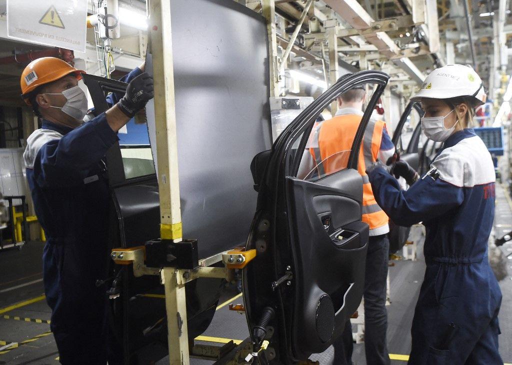 Des salariés de la société Toyota travaillent sur une chaîne de montage le 21 avril 2020 à Onnaing, dans le nord de la France, lors de la reprise partielle de la production.