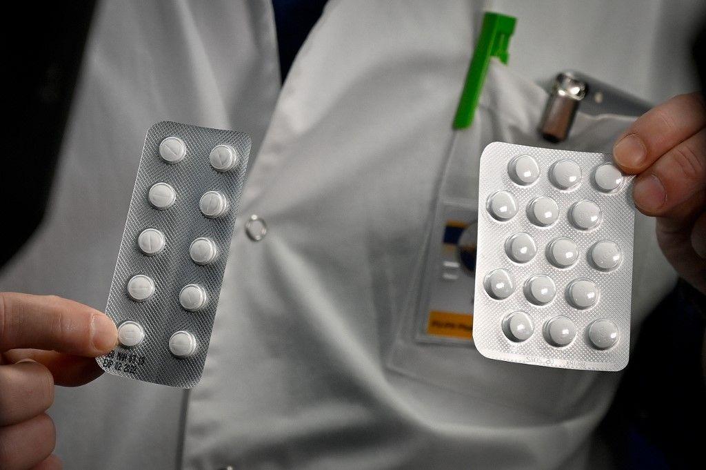 Un médecin montre des anti-viraux utilisés dans le cadre du traitement contre la Covid-19.