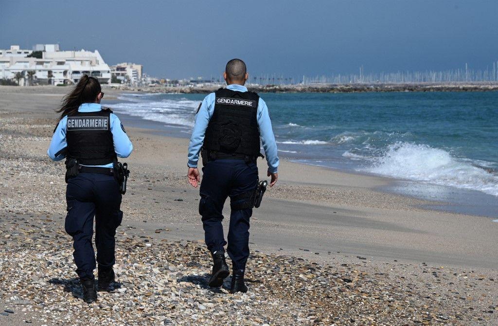 Des gendarmes français patrouillent sur une plage de Palavas-les-Flots, dans le sud de la France, en 2020.