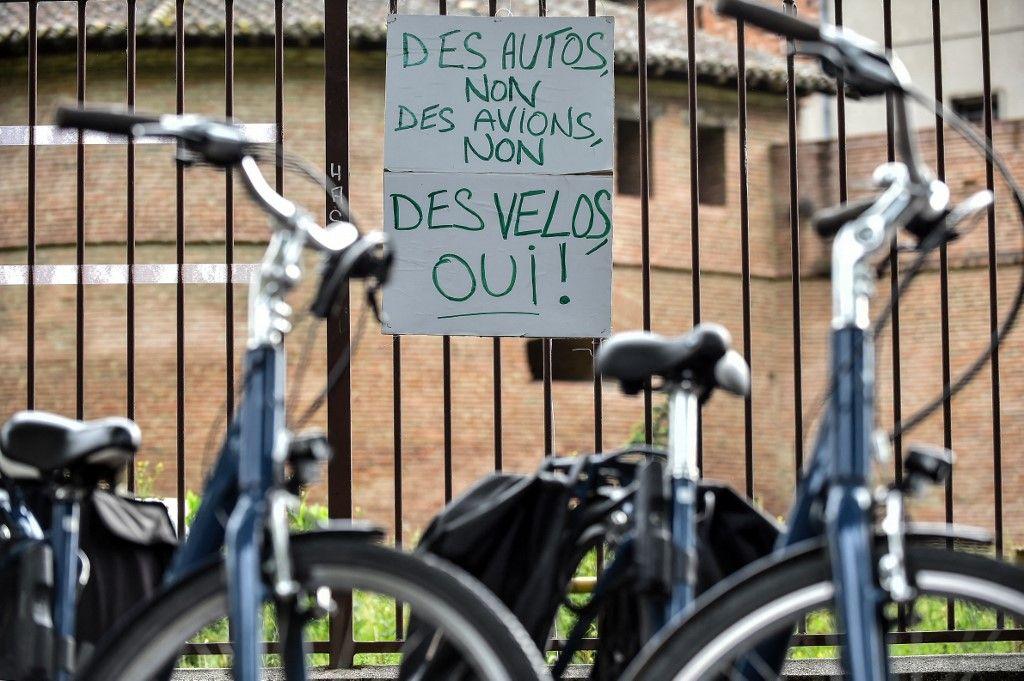 Un panneau en faveur de l'utilisation du vélo est accroché à la clôture du jardin Raymond VI, à Toulouse, dans le sud de la France, le 1er mai 2020