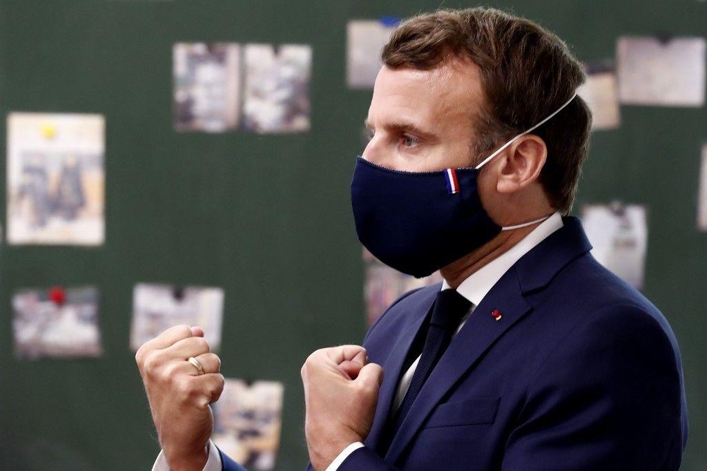 D'où provenait le masque porté par Emmanuel Macron lors de sa visite de l'école à Poissy ?