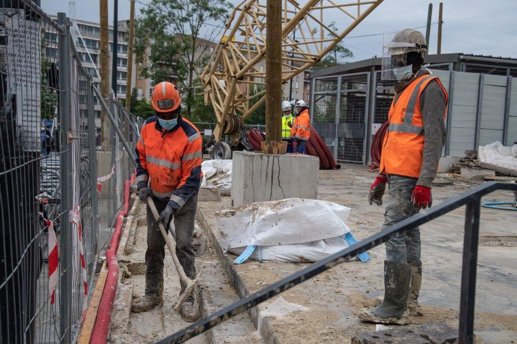 Des ouvriers du bâtiment travaillent sur un chantier de construction à Saint-Denis le 05 mai 2020.