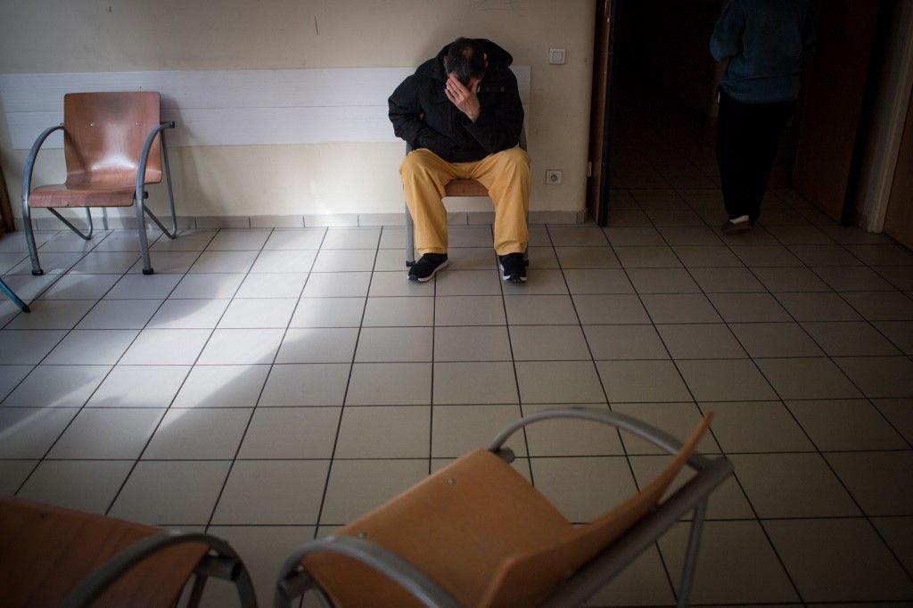 Un patient dans une salle d'attente.