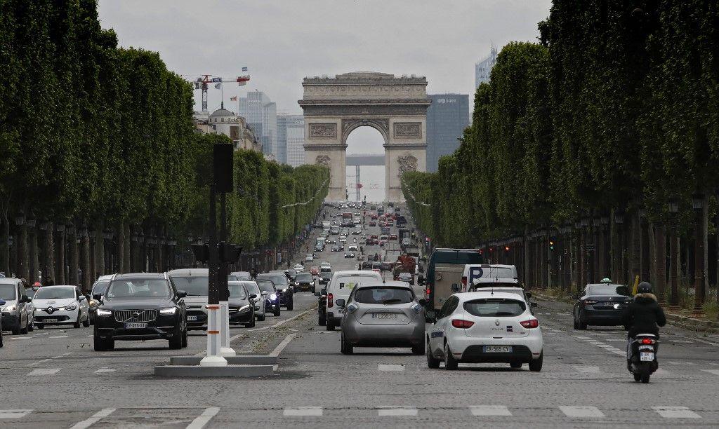 Des voitures circulent sur les Champs-Elysées à Paris, le 11 mai 2020.