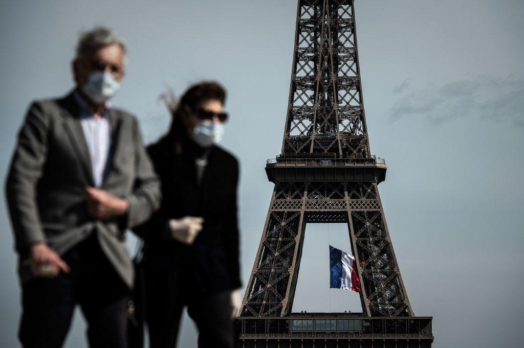 Un couple à Paris lors du confinement.