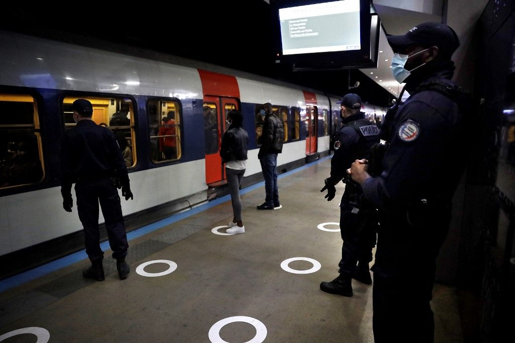 Des policiers français patrouillent dans les couloirs du RER à la gare du Nord à Paris, le 15 mai 2020.