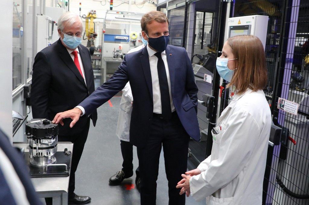 Emmanuel Macron visite entreprises port du masque responsabilité économie arbre qui cache la fôret