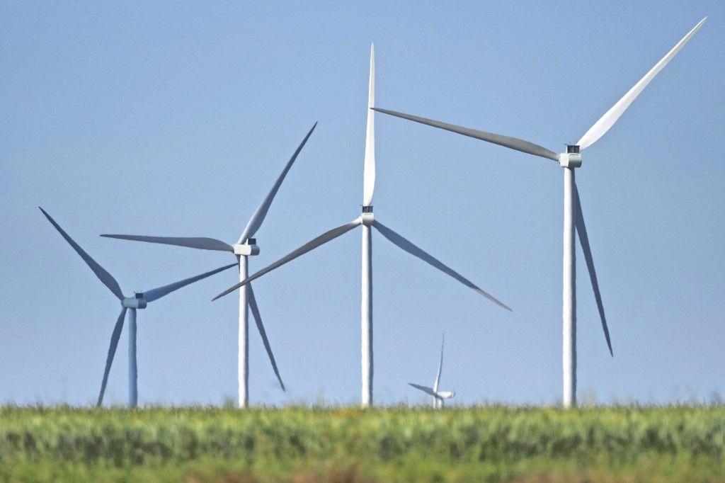 Une photo prise le 2 juin 2020 montre des éoliennes près d'Issoudun.