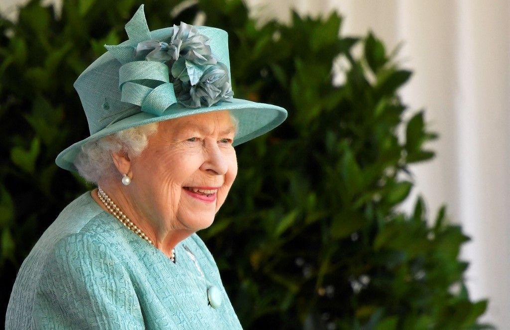 La reine Elizabeth II assiste à une cérémonie au château de Windsor, le 13 juin 2020.