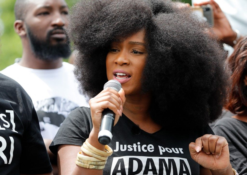 Assa Traoré, la sœur d'Adama Traoré, prend la parole lors d'un rassemblement dans le cadre des manifestations mondiales Black Lives Matter contre le racisme, place de la République à Paris le 13 juin 2020.