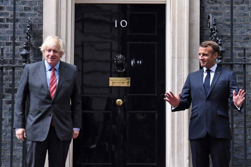 Le président Emmanuel Macron et le Premier ministre britannique Boris Johnson posent pour une photo à l'extérieur du 10 Downing Street, à Londres, le 18 juin 2020.