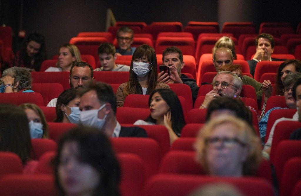"""Des spectateurs attendent la projection du film """"Les Parfums"""", le 21 juin 2020 à Paris, suite à la réouverture des salles de cinéma avec l'assouplissement des mesures de confinement."""