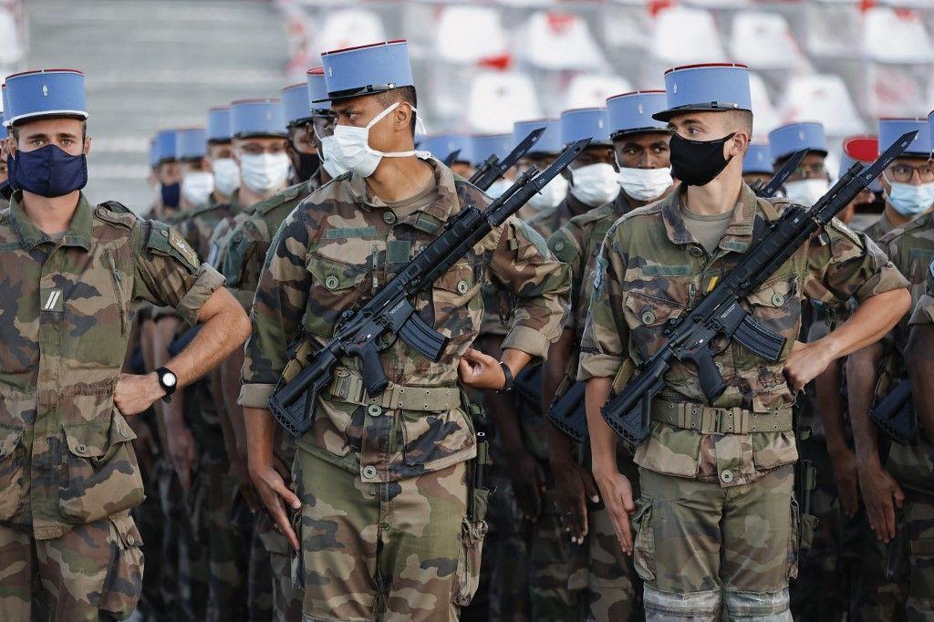 Les soldats français du 2e Régiment de Dragons, mobilisé lors de la pandémie de COVID-19, lors des répétitions du défilé du 14 juillet 2020.