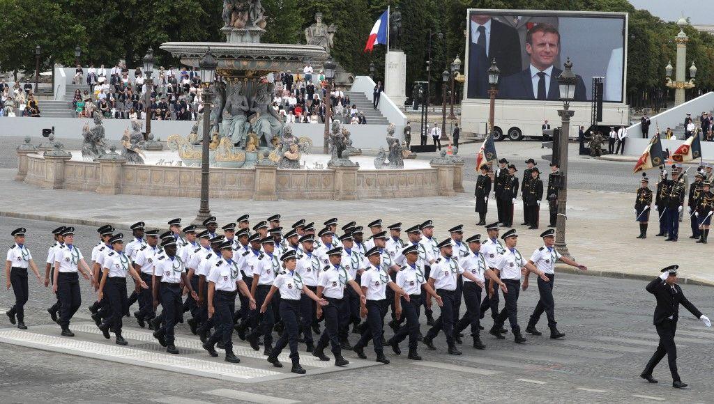 """""""MACRON ASPHYXIE L'HÔPITAL"""" une banderole déployée durant la cérémonie"""