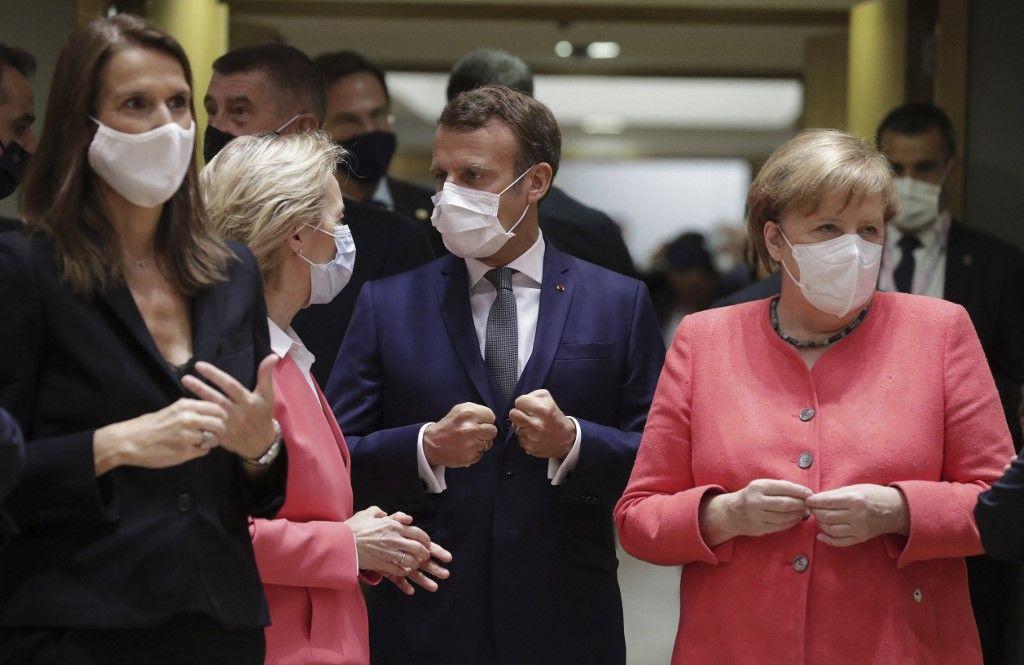 La présidente de la Commission européenne, Ursula von der Leyen, le président français, Emmanuel Macron, la chancelière allemande, Angela Merkel, s'entretiennent avant leur Conseil de l'Union européenne à Bruxelles le 17 juillet 2020.