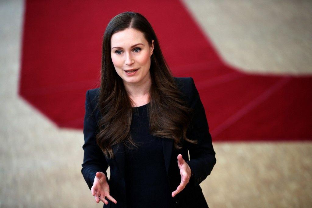 La Première ministre finlandaise, Sanna Marin, fait une déclaration alors qu'elle arrive pour le quatrième jour d'un sommet de l'UE à Bruxelles le 20 juillet 2020.