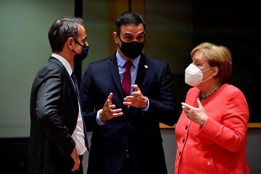 Le Premier ministre grec, Kyriakos Mitsotakis, le Premier ministre espagnol, Pedro Sanchez, et la chancelière allemande, Angela Merkel, échangent lors d'un sommet de l'UE à Bruxelles en juillet 2020.