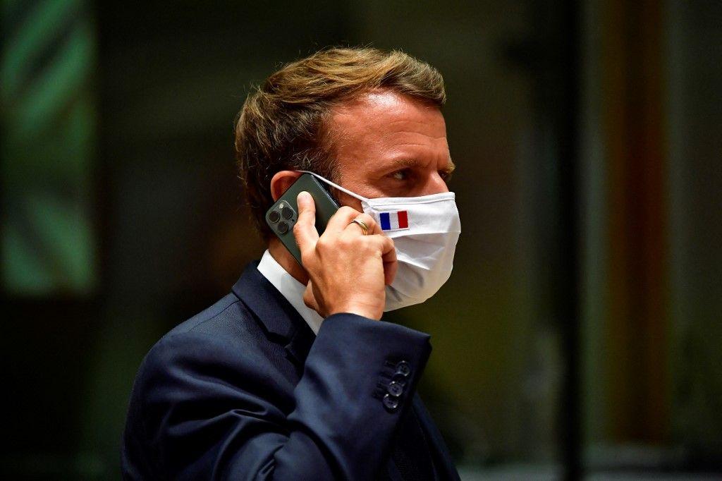 Le président français Emmanuel Macron s'exprime au téléphone lors d'un sommet de l'UE à Bruxelles le 20 juillet 2020.