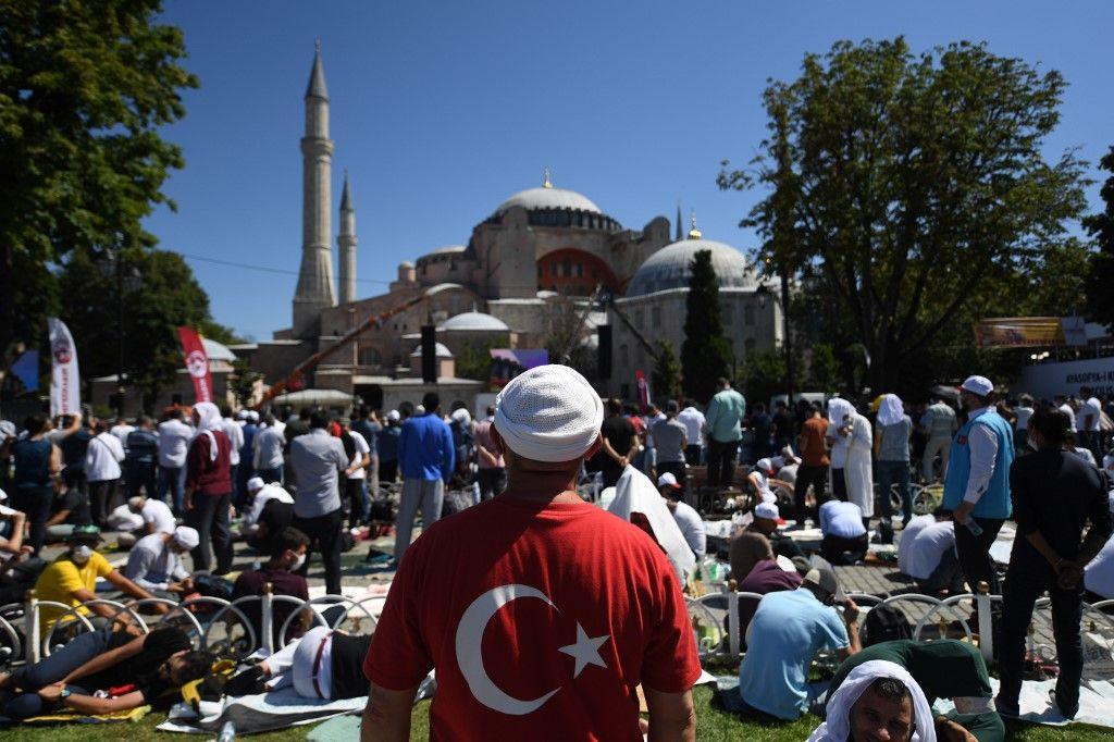 Turquie : Recep Tayyip Erdogan prie à Sainte-Sophie reconvertie en mosquée