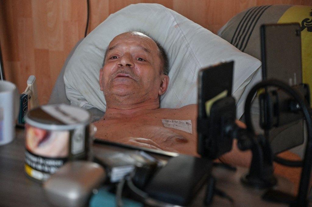Alain Cocq, atteint d'une maladie orpheline du sang, sur son lit médicalisé, le 12 août 2020, dans son appartement de Dijon.