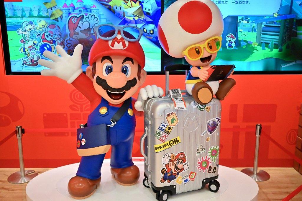 Les personnages de Nintendo, Mario et Toad, sont exposés dans une boutique de l'aéroport international de Narita, au Japon, le 19 août 2020.