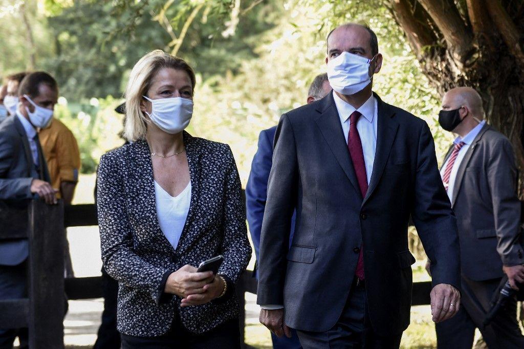 Le Premier ministre Jean Castex et la ministre de la Transition écologique Barbara Pompili lors de leur visite de la réserve naturelle nationale de l'étang de Saint-Ladre à Boves, le 22 août 2020.
