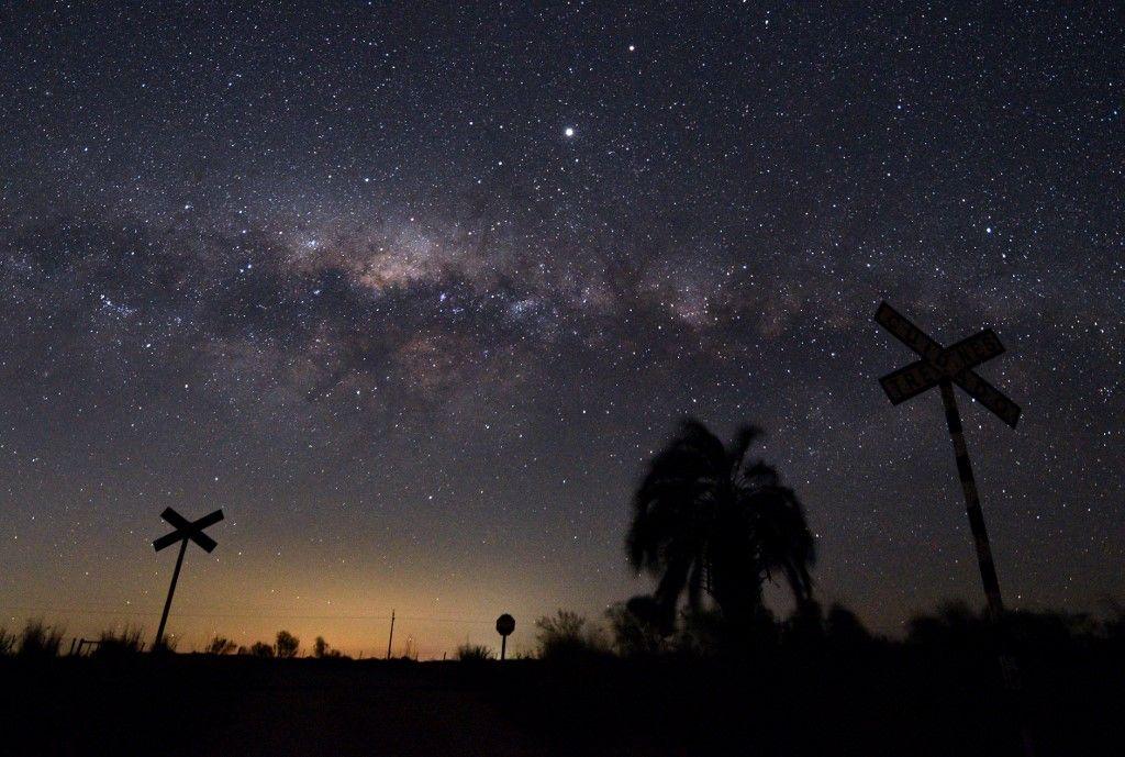 Le centre galactique de la Voie lactée et Jupiter sont vus depuis la ville de Reboledo, en Uruguay, au début du 24 août 2020.