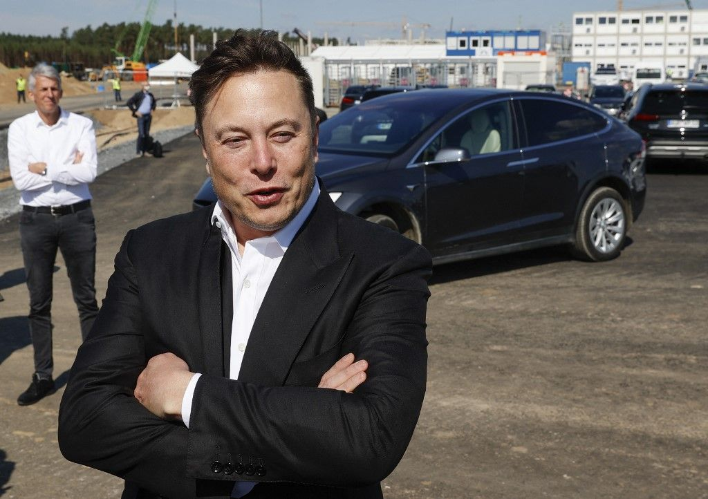 Le PDG de Tesla, Elon Musk, lors d'une visite sur le chantier de construction du futur géant américain de la voiture électrique Tesla, le 3 septembre 2020 à Gruenheide près de Berlin.