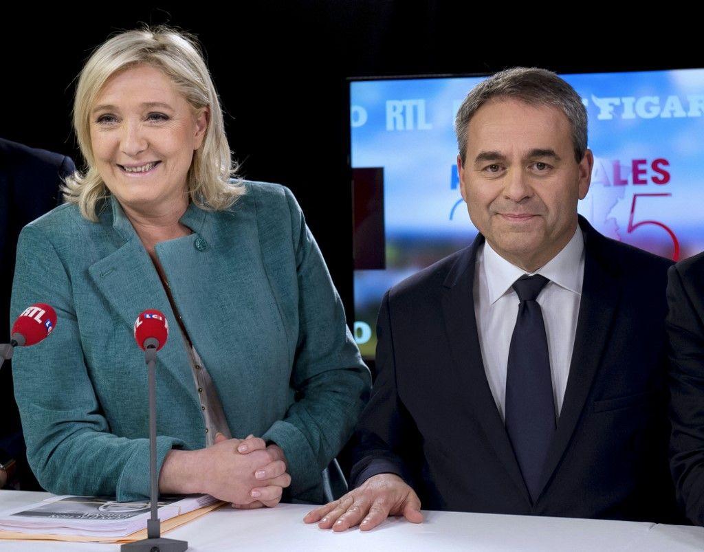 Marine Le Pen et Xavier Bertrand avant un débat télévisé le 9 décembre 2015 dans les studios de la chaîne Grand Lille TV à Lille, avant le second tour des élections régionales.