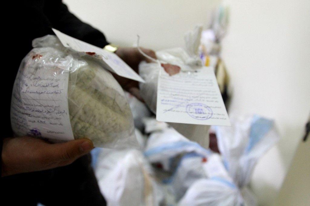 La police syrienne montre des drogues et des pilules de Captagon, saisies à la Drug Enforcement Administration de la capitale Damas, le 4 janvier 2016.
