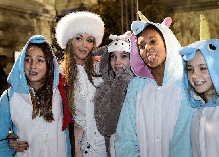 Nabilla Benattia, star de télé-réalité, pose avec des fans