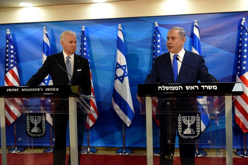 Le vice-président américain, Joe Biden, écoute le Premier ministre israélien Benjamin Netanyahou lors de déclarations conjointes au bureau du Premier ministre à Jérusalem le 9 mars 2016.