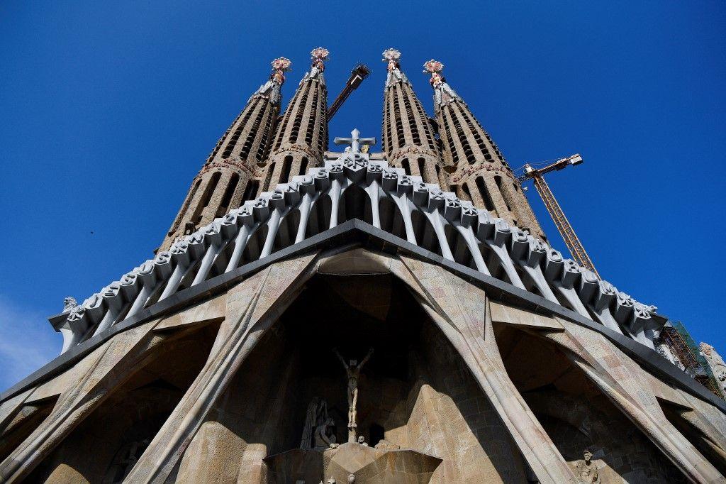 En Espagne, un évêque quitte l'église pour un amour avec une écrivaine de romans érotico-sataniques
