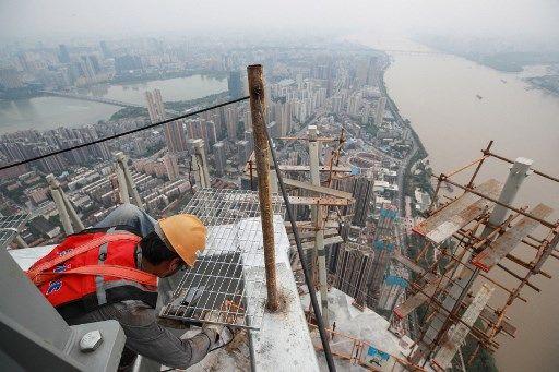 Un ouvrier sur un site de construction, à Wuhan (Chine).