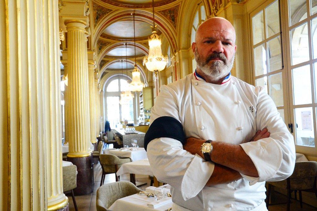 Le chef français Philippe Etchebest pose avec un brassard noir dans son restaurant « Le Quatrième Mur » à Bordeaux, le 30 septembre 2020.