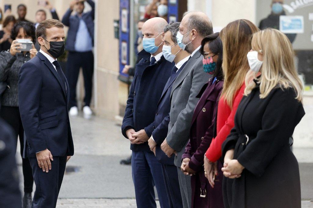 Le président, Emmanuel Macron, avec le ministre de l'Éducation nationale, Jean-Michel Blanquer, du ministre de l'Intérieur, Gérald Darmanin, ou bien encore du ministre français de la Justice Eric Dupond-Moretti, le 2 octobre 2020 aux Mureaux.