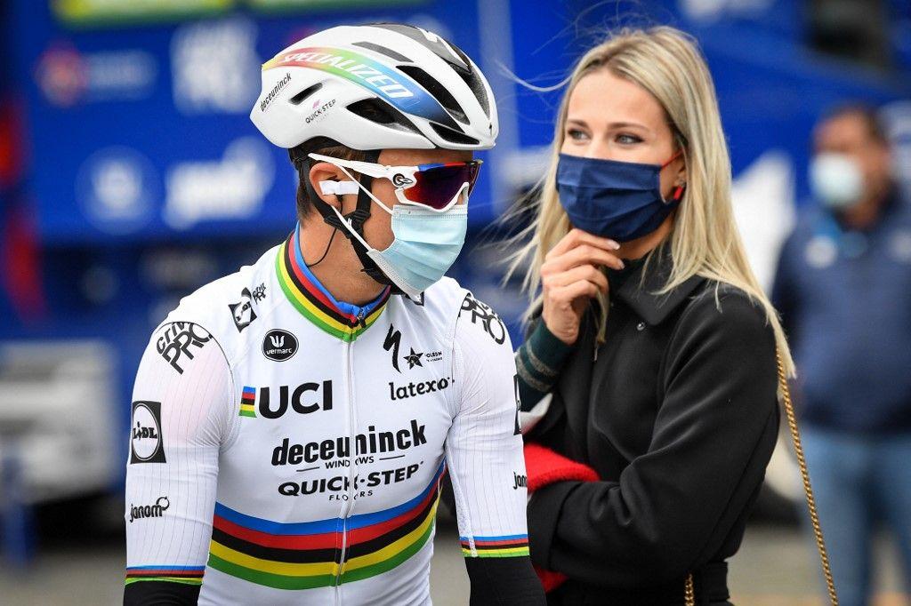 Marion Rousse et Julian Alaphilippe regardent le départ de la course cycliste « Brabantse Pijl », de Louvain à Overijse, le 7 octobre 2020.