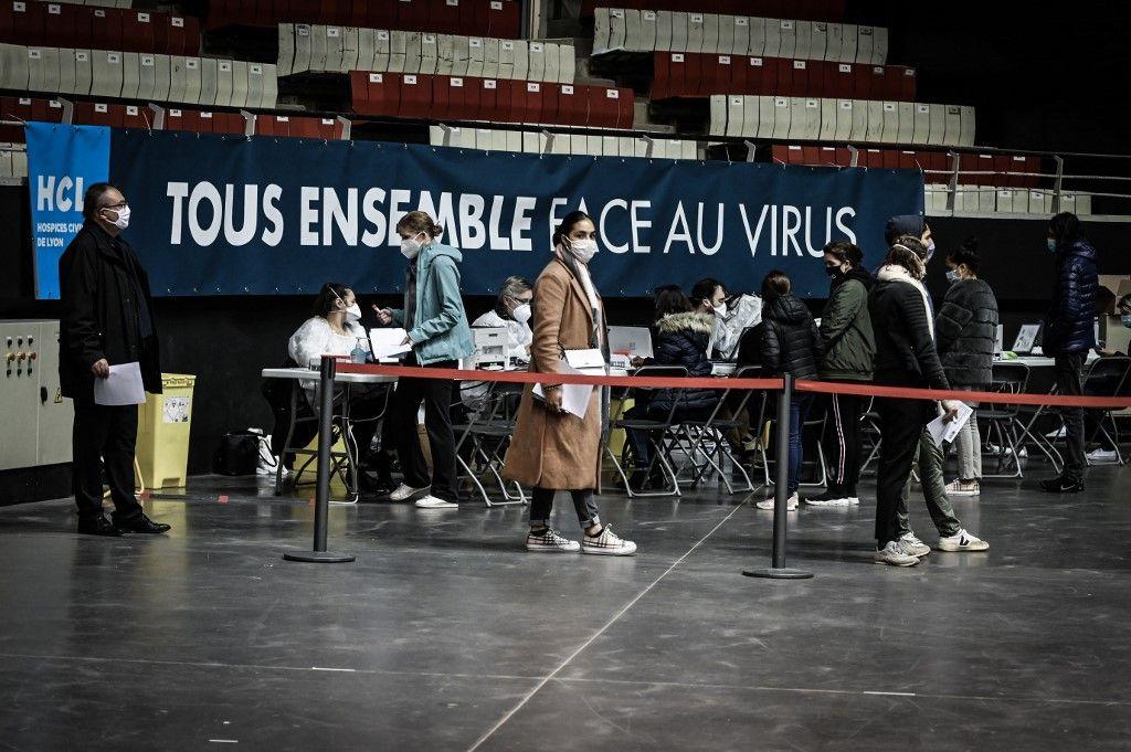 Des Français patientent dans un centre ouvert à la vaccination contre la Covid-19.