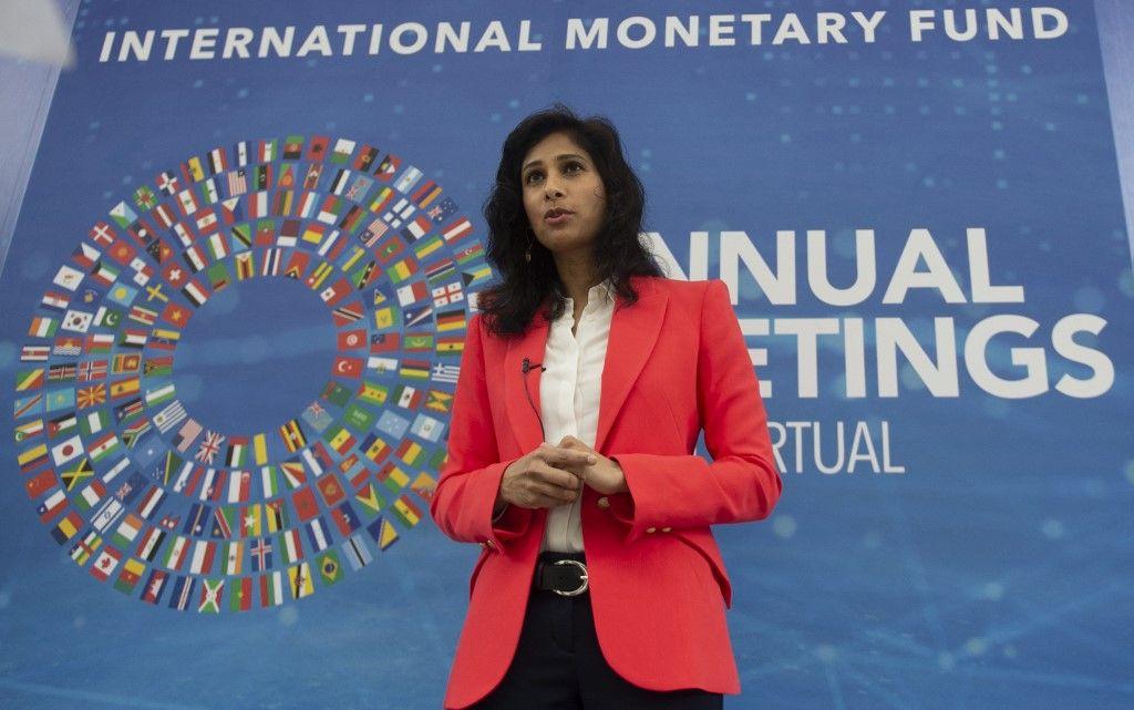 Gita Gopinath, économiste en chef du Fonds monétaire international, s'entretient avec l'AFP devant son siège à Washington, le 13 octobre 2020.