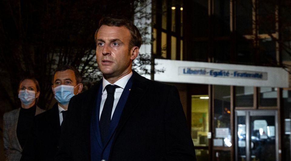 """""""Ils ne passeront pas"""" : la réaction d'Emmanuel Macron après la décapitation d'un professeur"""