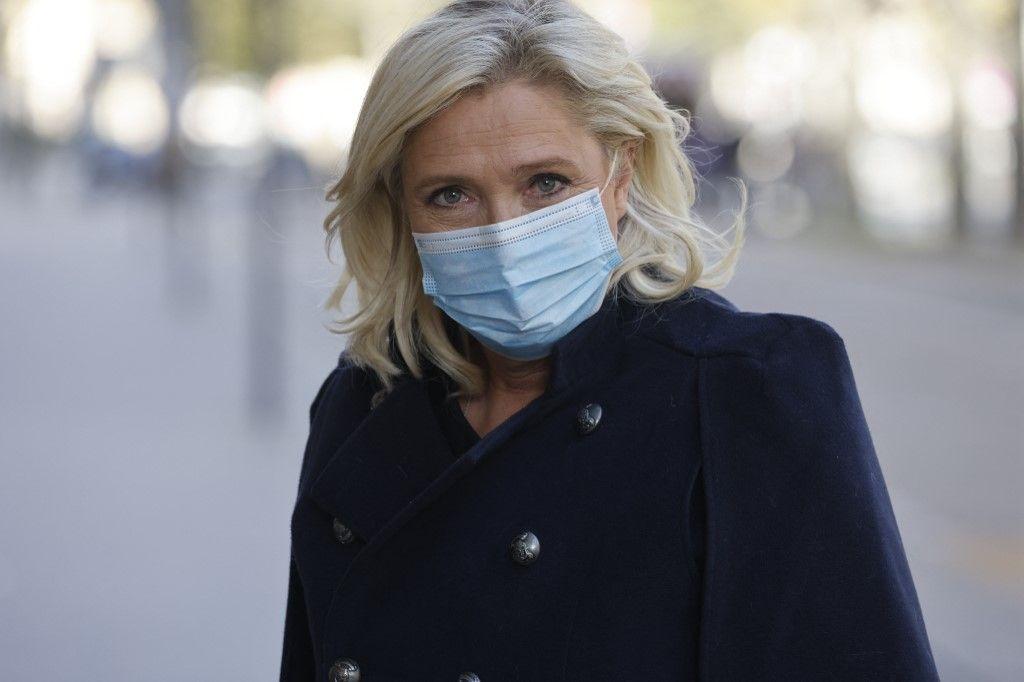 La présidente du Rassemblement National, Marine Le Pen, arrive pour une réunion des partis politiques sur les réponses à adopter face à la pandémie de Covid-19, le 21 octobre 2020.